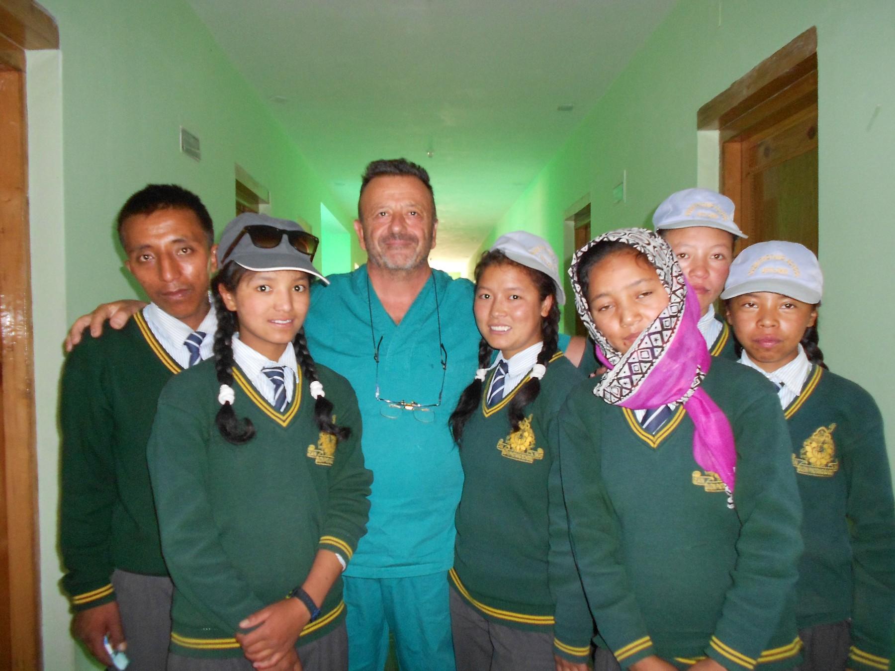 Dott. Stefano Brucoli insieme ad alcuni ragazzi