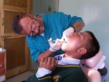 Dott. Stefano Brucoli mentre cura un giovane paziente